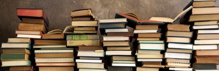 montagna di libri per appassionati di cinema